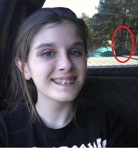 Ela tirou um selfie na viagem em família e viu um detalhe macabro