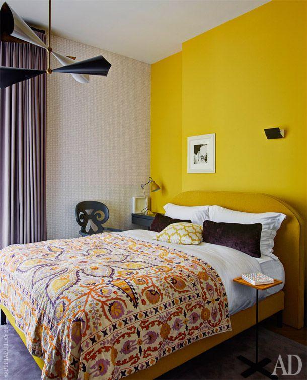 Спальня. На покрывалесцветочным орнаментомповторяются все оттенки,использованные вэтойкомнате.