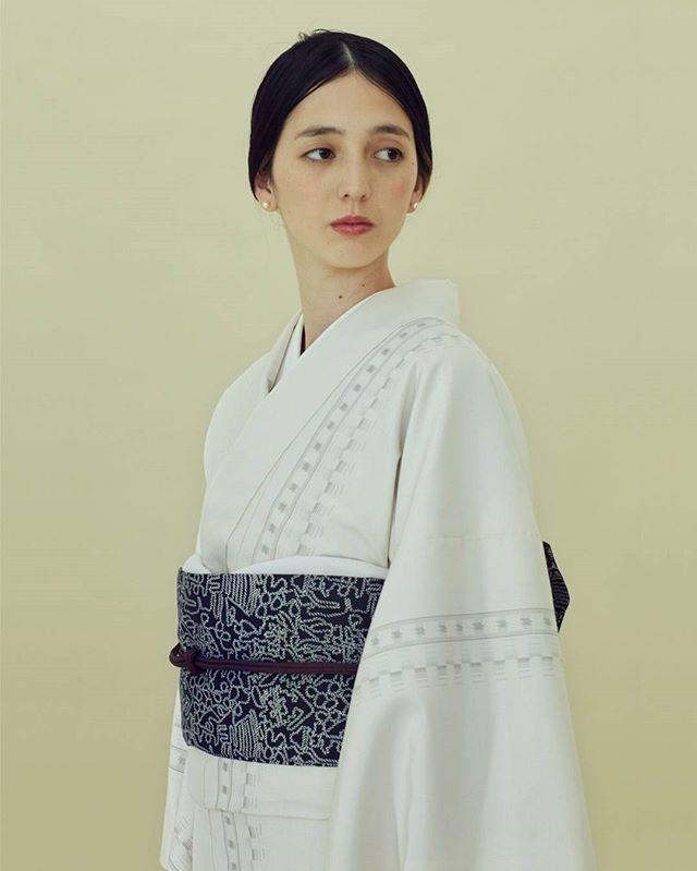 「十日町紬 経絣」はタテ糸に生糸と、真綿糸という撚りをかけてない糸を組み合わせて織っています。 . 真綿は綿の状態に近いことから、生地同士が合わさる際にフックとなり、着崩れがしにくくなります。 . ぜひその風合いをお手にとって体感して下さい。 #theyard_jp#theyardshibuya#theyardsendai#17AW#新作#kimono#ladies#gets#genderless#tailor#kimonolesson#care#着物レッスン#ケア#クリーニング#満島みなみ#渋谷モディ#仙台パルコ2#きもの#着物#年末#年始#装い