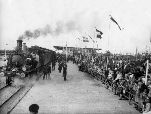 Opening van de nieuwe spoorlijn Gouda-Alphen aan de Rijn te Boskoop, oktober 1934. Onder grote publieke belangstelling staat de eerste trein klaar om over dit traject te gaan rijden.