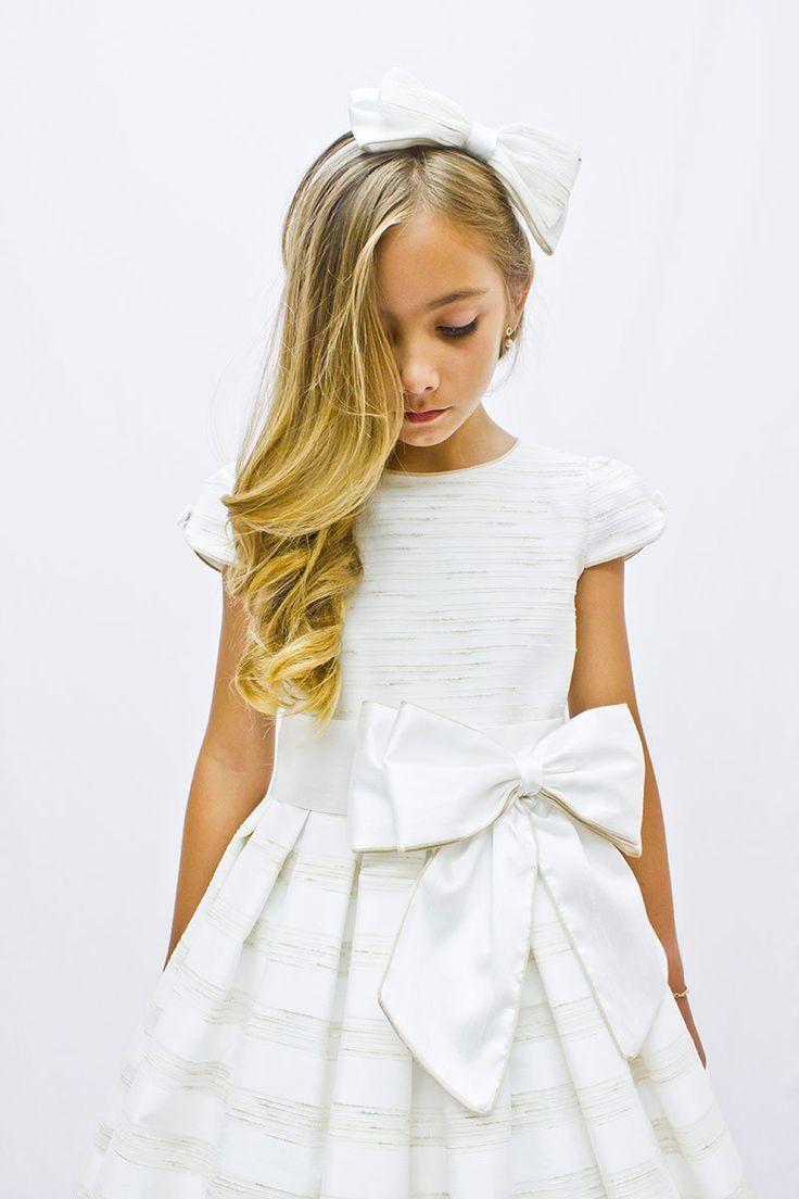 Preciosos vestidos de comunión para niñas de la firma de alta costura http://www.magara-collection.es/