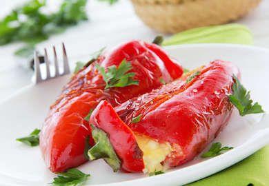 Ege Usulü Lorlu Biber Dolması neredeyse klasikleşmiş bir Ege tarifi. Her tarifin olduğu gibi bu tarifin de tadına tat katacak püf noktaları var. Malzemeler;