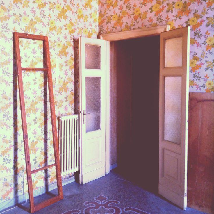Cercando tesori.  #vintagewallpaper #vintagedecor