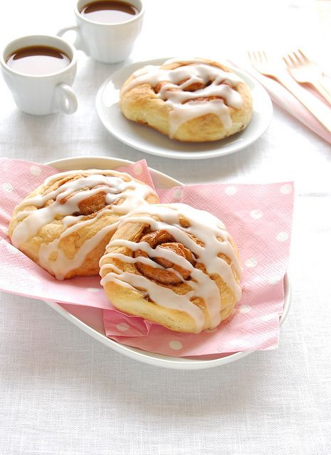 Iced cinnamon snail rolls / Rolinhos de canela do Bill by Patricia Scarpin, via Flickr