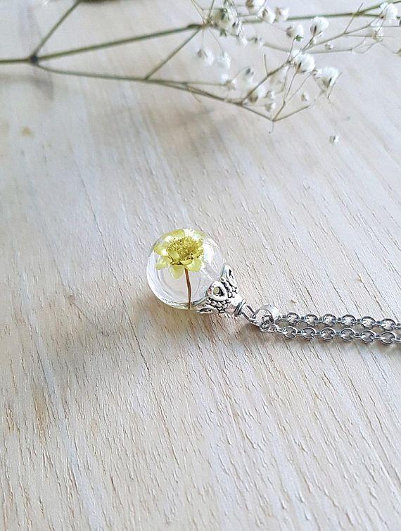 Collier terrarium  Bulle de résine avec fleur jaune bijou