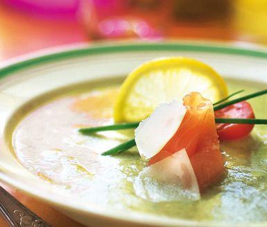 Vitlök passar som smaksättare till det mesta, och i den här soppan är smaken en succé. Broccolin ger soppan en vacker färg och crème fraichen ger den en krämig konsistens. Toppa soppan med någon av din favoriter till exempel bacon, lax eller musslor.