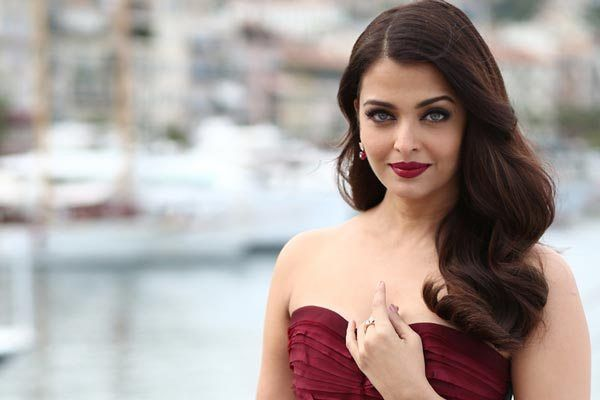 Ae Dil Hai Mushkil gorgeous actress Aishwarya Rai  Bachchan has turned 43 today and entire Bollywood industry is pouring their birthday wishes on the actress