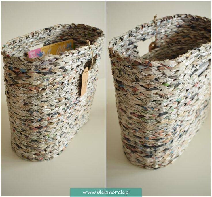 Kosz na gazety wykonany z papieru makulaturowego. Produkt recyklingowy.