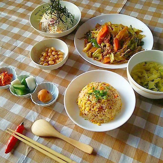 happy8376こんばんは 今日は久々のお友達との再会で会話が弾み、帰宅が遅くなってしまいました 慌てて夕飯の支度をしたのですが、炒め物ばかりのスピード料理になってしまいました(手抜き料理・・・とも言われてしまかもですね(^_^;)) い、一応中華ということで・・・((((ヽ(;^^)/ 肉野菜炒め 炒飯 卵スープ 大根サラダ 煮豆(常備菜) キムチ きゅうりとカブの浅漬け うめぼし  今日の箸置きは唐辛子です☆  今日も一日お疲れ様でした(*´ω`*) #オウチゴハン#晩ごはん #おうちごはん #炒飯#中華風#晩ゴハン #定食風 #定食 #dinner #dinnertime #yum #yummy #スピード料理 #料 #料理