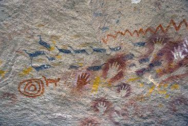 Cueva de las manos: Las cuevas del río Pinturas guardan obras realizadas por los indios tehuelches y sus antecesores. Su antigüedad es de 9.300 años, según investigaciones realizadas. Se observan, además de manos pintadas en negativo, imágenes de guanacos, dibujos geométricos, agrupamientos de líneas, puntos y la figura solar.