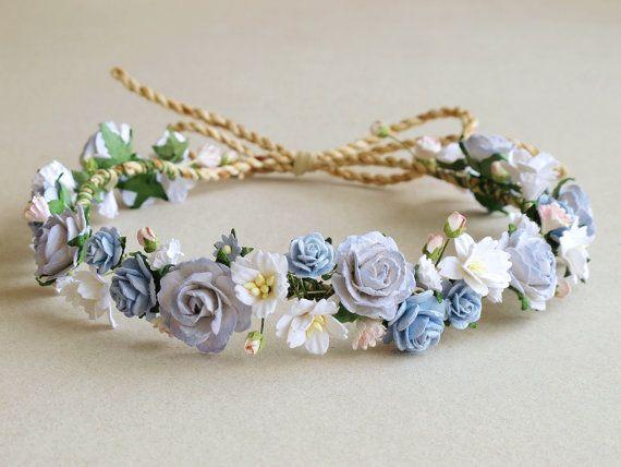 Estas pueden personalizarse para adaptarse a su necesidad.  Corona de flores de papel • Color: tonos de azul, blanco con ligero acento rosa • De grandes flores atadas a un trozo de cuerda • Mayor tamaño de la flor: aprox. 25mm (1) • Longitud: ajustable. Salimos de la cola muy larga por lo que si cabe todo el mundo. Usted puede cortar la longitud sobrante con tijera. -------------------------------------------------------------- Ver más accesorios de aquí: www.etsy.com/shop/SQUISHnCH...