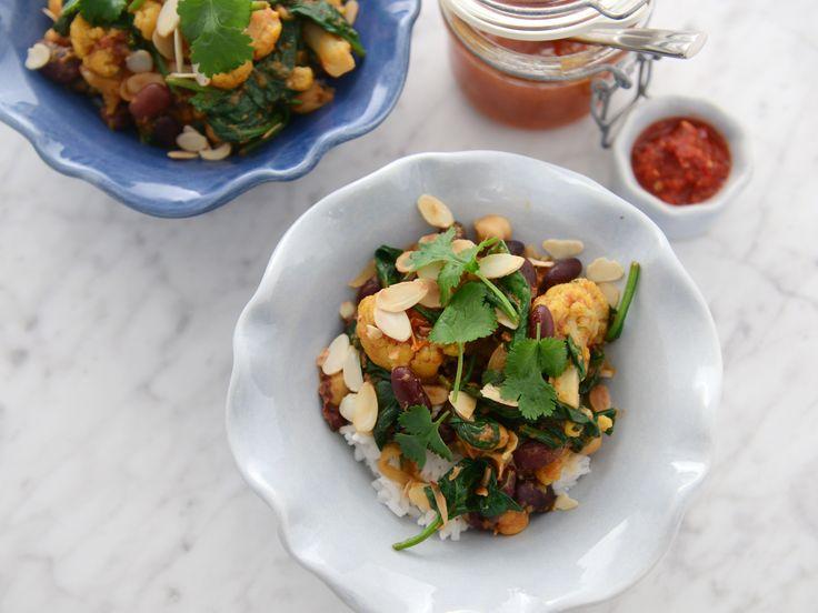 Coconut bean curry | Vegansk bön- och kikärtsgryta med kokosmjölk, tomater och koriander. Härligt smakrik och väldigt god!