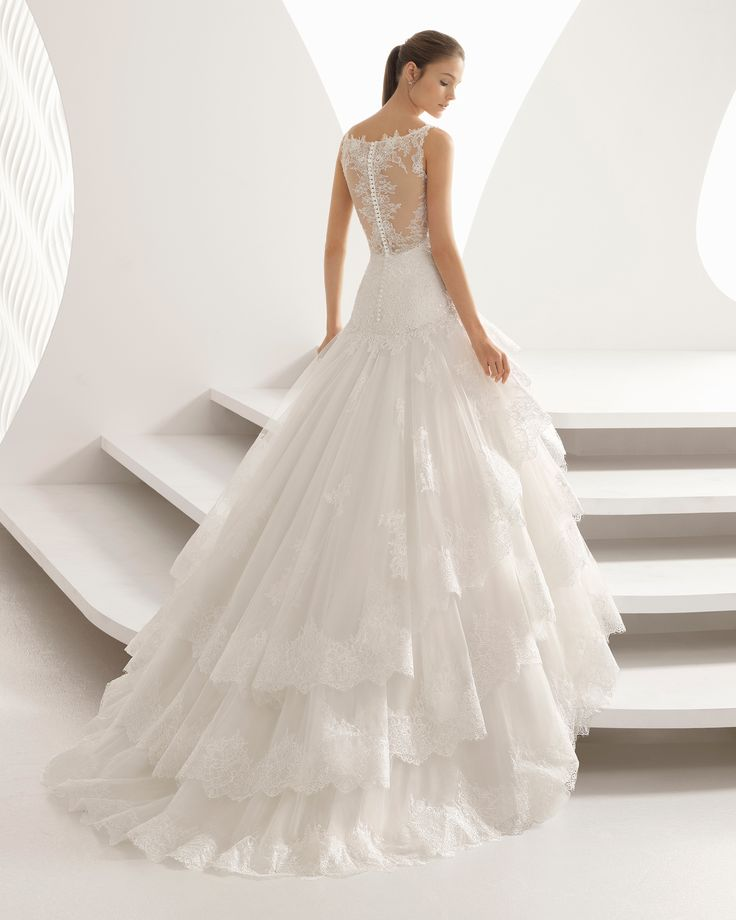 Vestido de novia estilo princesa de encaje pedrería y tul con escote corazón con volantes. Colección 2018 Rosa Clará.