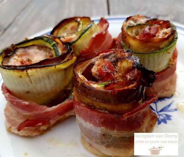 Zelf verzonnen recept. Meng de tomaten blokjes met de ricotta, de oregano en breng op smaak met peper en zout. Snijd met een kaasschaaf, de courgettes en
