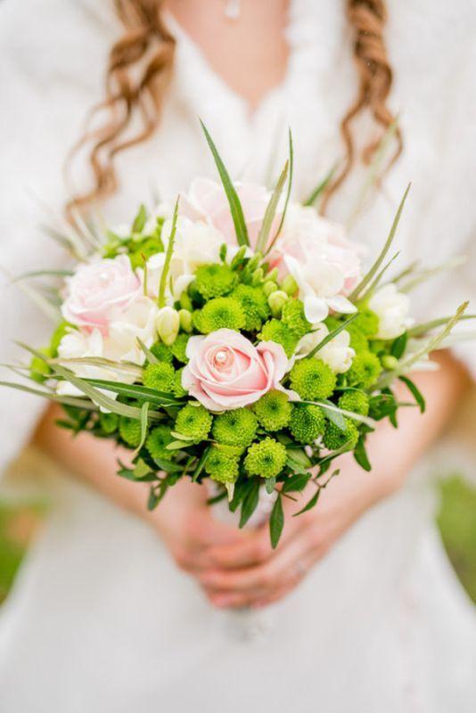 Einfacher Brautstrauss mit Rosen. Farben: rosa, apfelgrün. Foto: Marcel R. Aulbach