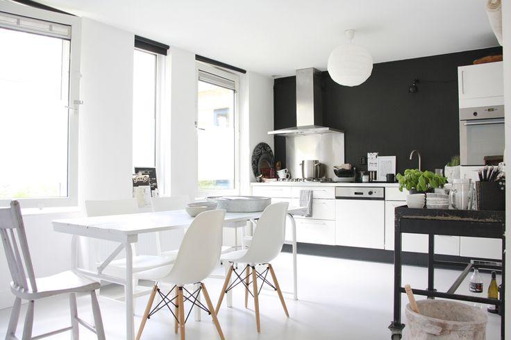 Монохромный интерьер, черно-белый интерьер квартиры, интерьер дома в Амстердаме, скандинавский стиль, промышленный стиль, минимализм, белые полы в интерьере