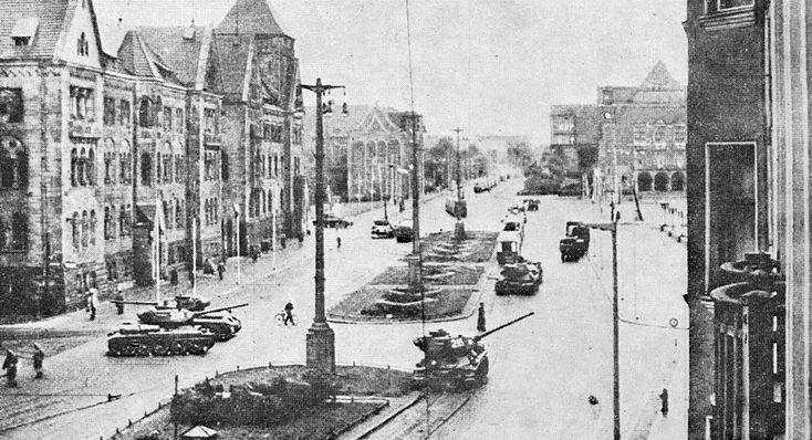 Czołgi na opustoszałym Placu Stalina - Poznański czerwiec 1956r