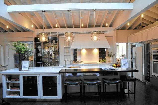 See inside house beautiful 39 s chic and modern kitchen of for Inside gorgeous homes