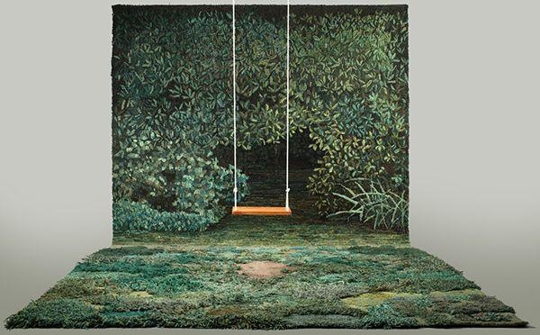 こちらの写真、男の子が庭に座っている…ように見えますが、実はラグの上に座っているんです! 苔や草、土の感じがリアルなこのラグ、アルゼンチン出身のウールラグアーティスト、Alexandra Kehayoglowさんによるもの。 パリコレにも起用! Kehayoglowさんのアーティスティックなラグは、「DRIE