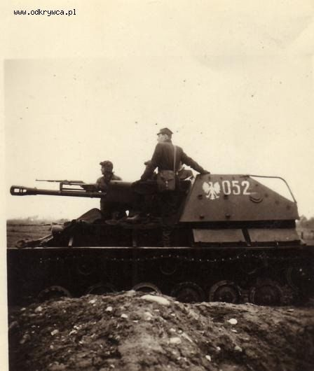 The Soviet SU-76 in service with the army of Poland.On the barrel of the fixed gun to control the aiming of the gunner during training. Pin by Paolo Marzioli
