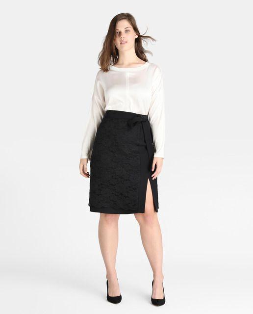 Falda corta, realizada en encaje en color negro con lazada en la cintura.