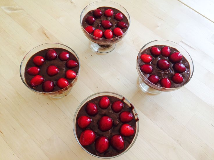 Mousse de ciocolată cu cireșe   Rețeta aici:   http://rawtill4romania.ro/retete/dejun/salate-fructe/