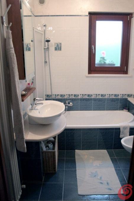 Ed ecco il bagno di Francesca, che mi chiede di condividerlo per lei :-) Ha arredato il suo piccolo bagno con i colori del mare. Che ne dite?