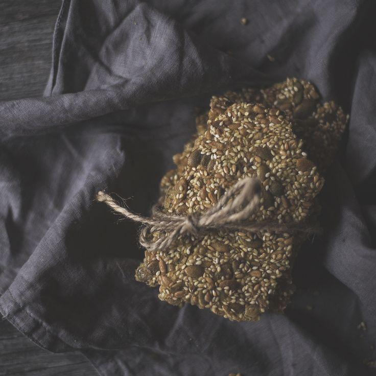 W naszym domu rzadko jemy pieczywo, ale jeżeli już to z miłą chęcią robimy go sami. Pisałam Wam już o chlebie gryczanym, przyszedł czas na coś chrupkiego. Knäckebröd w Szwecji jest niezwykle popula…
