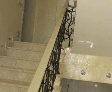 Ступени лестницы в доме выполнены из акрилового камня. Лестница по индивидуальному заказу. The stairs in the house are made of acrylic stone. Stairs to order.