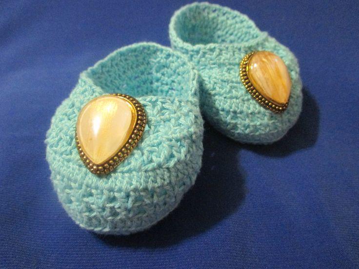Пинетки с камнем  Интересные пинетки с камнем связаны к наступающему летнему сезону. Они прекрасно подойдут, как под летние платья, так под джинсы, а также под сарафаны разных фасонов. Нить, использованная при вязании пинеток – чистый хлопок, а значит самая подходящая для деток. В наличии имеются пинетки разных размеров, но отличающиеся оформлением (украшения из сутажа с бисером).  Цена: 400 р.  Также с радостью принимаем индивидуальные заказы на любые виды вязаной одежды и обуви…