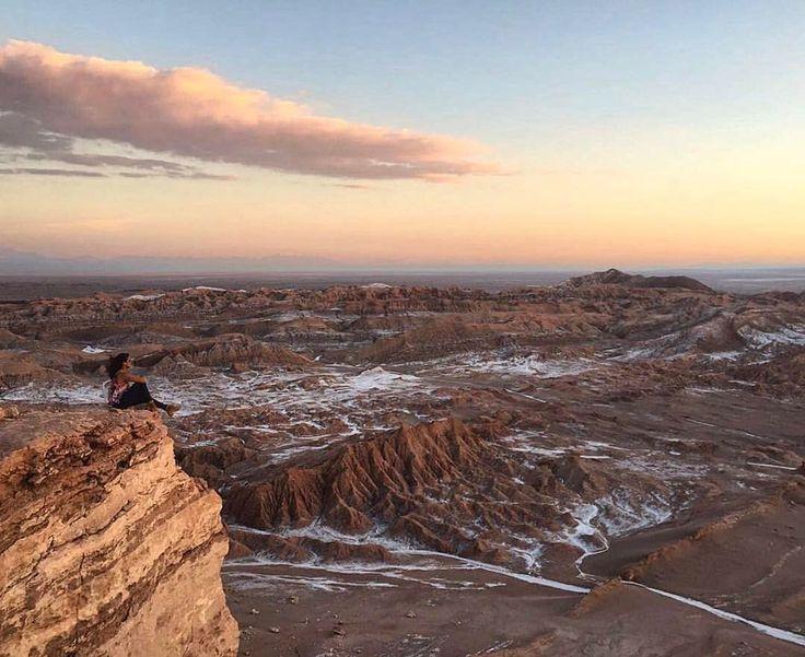 O deserto de Atacama está localizado na região norte do Chile e possui cerca de 1000 km de extensão sendo considerado o deserto mais alto e mais árido do mundo. A @gabirosac esteve no Valle de la Muerte com uma paisagem repleta de dunas e formações rochosas belíssimas. Parece até aqueles filmes sobre Marte  Existem empresas que oferecem diversos passeios pela região trekking pelo Valle de la Muerte ou sandbord nas dunas  Saiba mais sobre o Chile e outros destinos pelo mundo no site…
