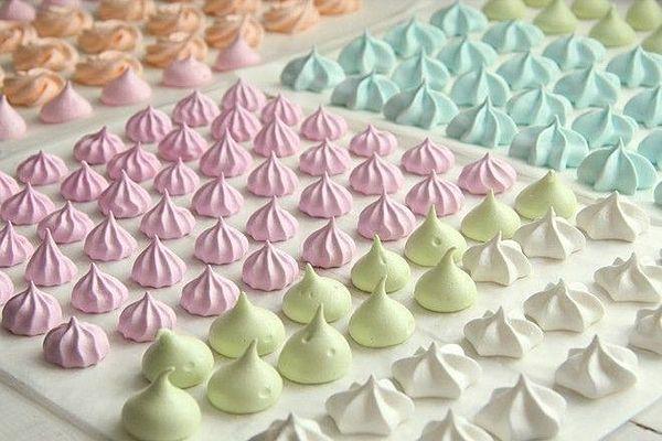 余った卵白で作れる!パステルカラーでかわいい♡お菓子のレシピ♫ | MERY [メリー]