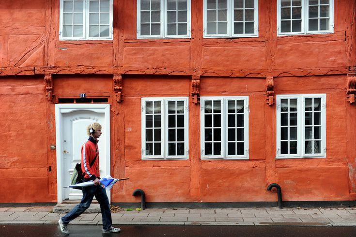Helsingör  Vanhimmat kodit ovat 1600-luvulta ja joka suuntaan vinksallaan, mutta silti hyvin pidettyjä; alue on suojeltua, eikä julkisivuja saa mennä muuttelemaan.   http://www.exploras.net/helsingor
