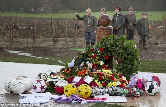 Famoso: Re-enactors respaldan un monumento de la Tregua de Navidad de la Primera Guerra Mundial recientemente revelado en Ploegsteert, Bélgica después de que fue presentado, por el Presidente de la UEFA Michel Platini y el Alcalde de Ploegsteert Gilbert Deleu