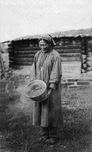 якутская женщина с ведром