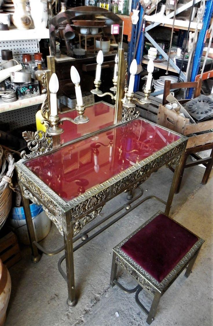 Conjunto de tocador y taburete antiguo, de metal y cristal.  El taburete tiene un tapizado de terciopelo rojo, así como la encimera del tocador, que tiene el mismo color bajo el cristal.  El tocador integra dos candelabros eléctricos a cada lado. ----- Dimensiones Tocador:      · 86,5x39x133cm      · Altura de la  encimera: 73cm ----- Dimensiones Taburete:      · 40x30x37cm ----- Ref: R0508 ----- Realizamos envíos   P.V.P 585€ ----  Hazte con esta rareza haciendo click en la imagen!!