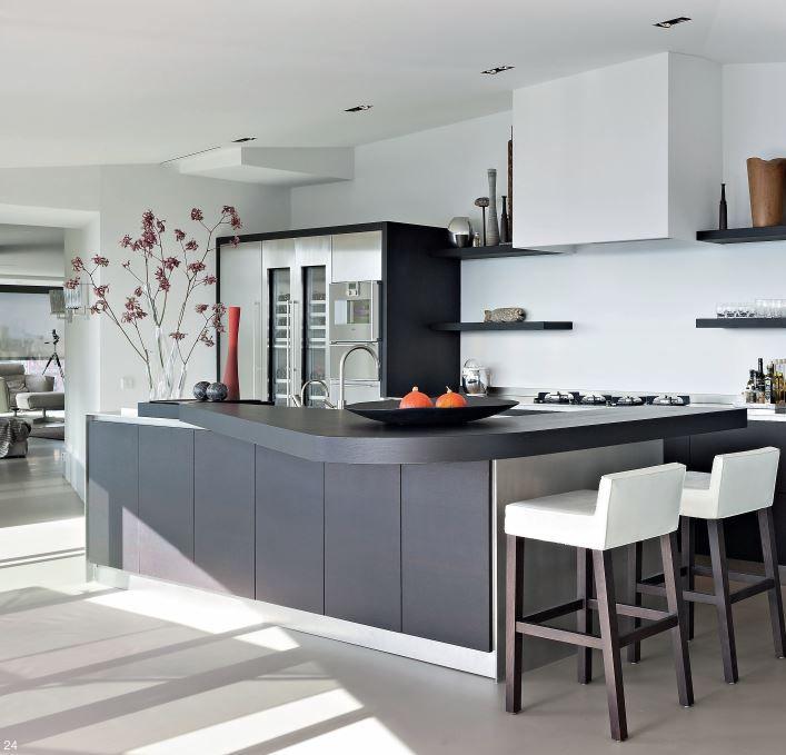 Maatwerk keuken ontworpen door Paul van de Kooi te Amersfoort. RVS aanrechtblad met Pitt Cooking kookplaat. Fronten vervaardigd van massief 3-laags eiken gebeitst. Apparatuur van Gaggenau. Fronten van de hoge kasten in RVS uitgevoerd. Massief 3-laags eiken houten barblad