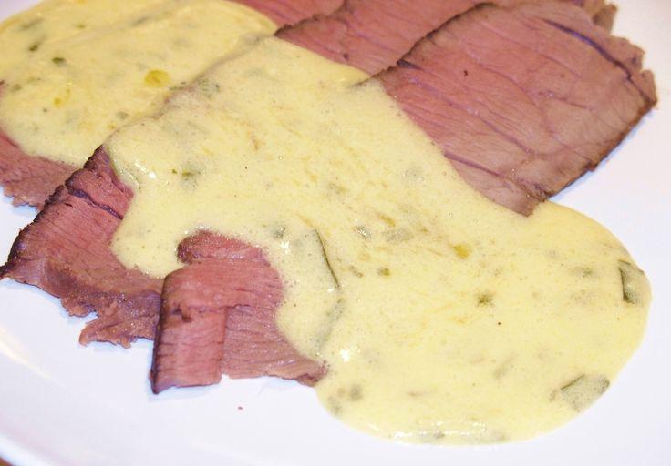 Une sauce délicieuse, subtile et veloutée. Idéale pour accompagner une viande. Ici je l'ai faite avec un rosbif cuit en basse température. Il n'y a pas mille et une façons de faire une bonne béarnaise. C'est un grand classique qui vaut la peine. Moi que...
