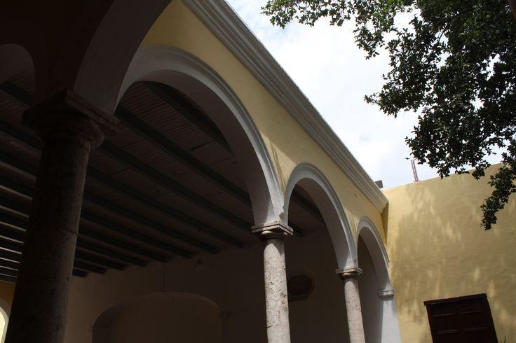 ESQUINA   Técnica: abertura del diafragma alta para dejar entrar la luz del cielo y equilibrarla con el edificio