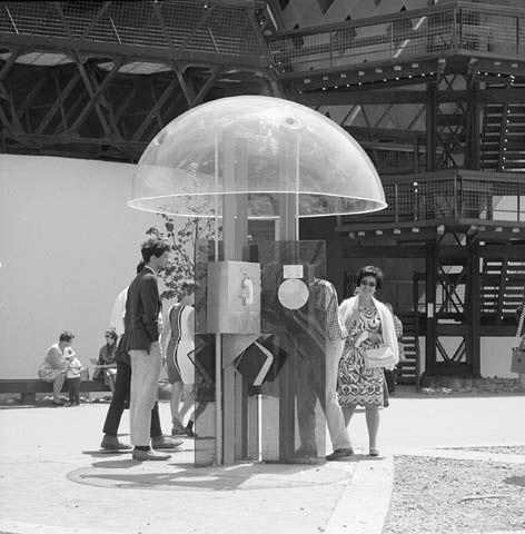 Cabine de téléphone à l'Expo 67. Droit d'auteur: Bibliothèque et Archives Canada.
