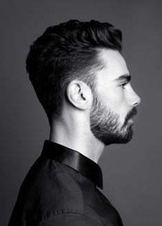 Leggera sfumatura sul lato con capello più lungo gestito a piacimento nella parte centrale,. Sfumatura che raggiunge la stessa lunghezza della barba e crea un effetto unico e continuo.