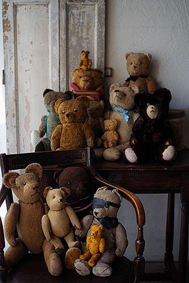 点呼1、2、3、、テディ集合-antique teddy bear 正統派ハンサム君や、優しげな表情、皆のリーダー的存在、大きなくまさん(レースの靴下がラブリー)、おやおや、君はどうしたの?きっと片目を無くして可哀想な所をお母さんのアイデアで海賊フック船長に、革パッチと手にフックを付けたニヒルな俺。個性的なブルーの毛のテディベア等、愛されてたまらない子たち。お鼻の刺繍が取れていたり、縫い箇所解れて中藁がぽろっと出てしまうくまさん含まれております。