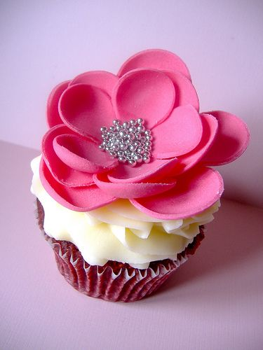 Marie Antoinette inspired cupcake by Life is Sweet Ni (Sarah) . flickr.com . cupcakestakethecake.blogspot.com