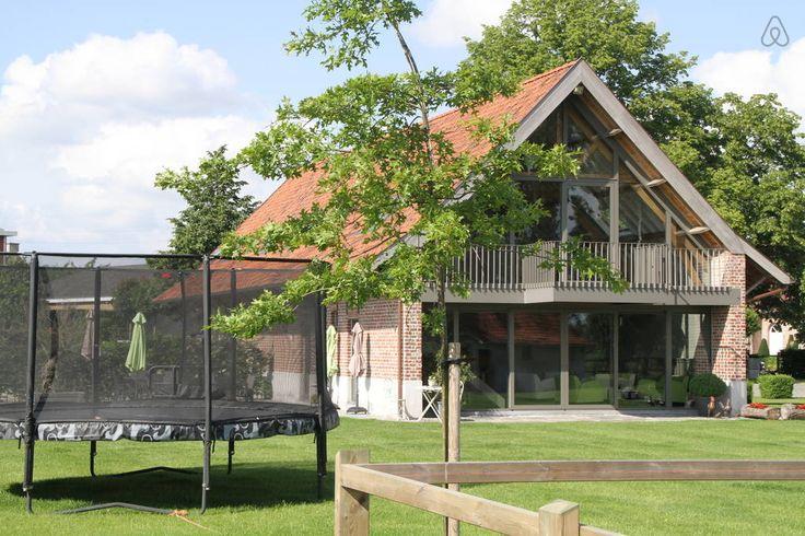 Huis in Zwevegem, België. Vijf prachtige kamers met opgemaakte bedden, maximum 19 personen (2x3p-2x4p-1x5p). Handdoeken te huur. Ruime leefruimte met zithoek, eethoek, keuken, mezzanine. Dit alles met zicht op de velden. Tuin met meubilair. Gerenoveerde familie boerderij. ...