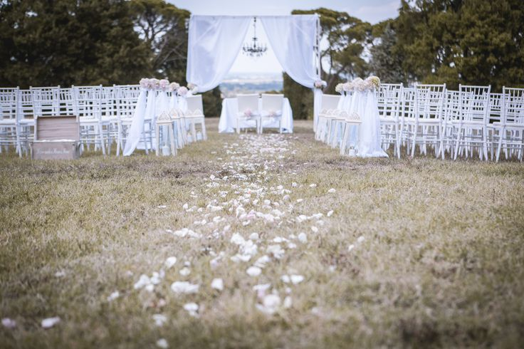 Rito civile...? #rite #ritocivile #civilrite #wedding #marriage #chandelier #candeliere #lampadario #petali #rose #fiori #flowers #air #outdoor #petals #drapes #preparations #ideas #idea #weddingidea #italy #matrimonio #ideematrimonio