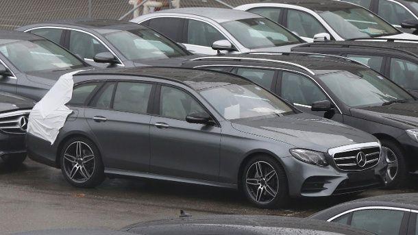 Bislang gab es den Kombi der neuen E-Klasse W213 nur im vollen Tarnkleid zu sehen. Nun hat unser Erlkönig-Jäger das Mercedes E-KlasseT-Modell erwischt - fast ohne Camouflage.Der Kombi der oberen Mittelklasse steht serienreif und so gut wie ungeta...