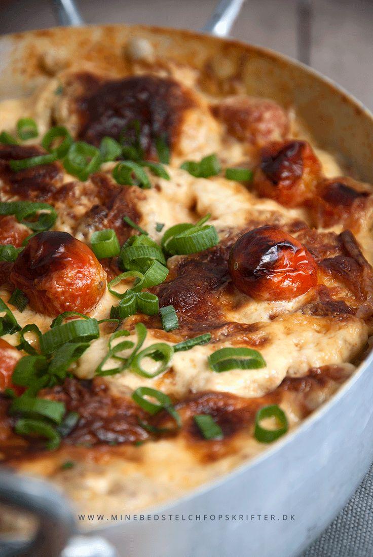 Det her er opskriften, som vil få enhver mand (og kvinde) til at elske LCHF! Retten der dufter – og næsten også smager – som flødekartofler, men som indeholder en brøkdel kulhydrater :) Det er: 'De falske flødekartofler' – bedre kendt som ovnbagt fløde/ostegratineret blomkål – toppet med revet ost og tomater! De er perfekt...Read More »
