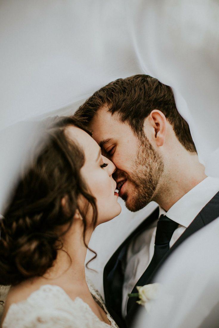 Braut und Bräutigam posieren Inspiration von Evie Rupp