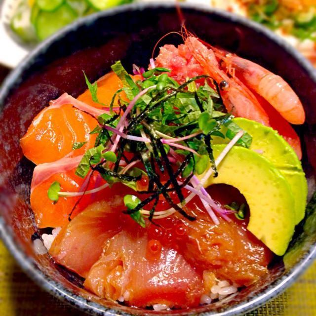 今日は、簡単に海鮮丼にしました。 ☆サーモン ☆メジマグロ漬け ☆ネギトロ ☆甘エビ ☆イクラ ☆アボカド - 78件のもぐもぐ - 海鮮丼 by yukodana