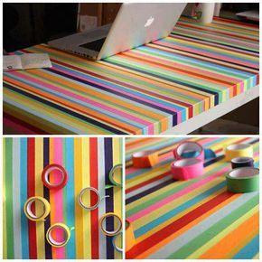Mesa decorada com várias cores de fitas adesivas, precisa passar papel contact transparente por cima para não descolar.